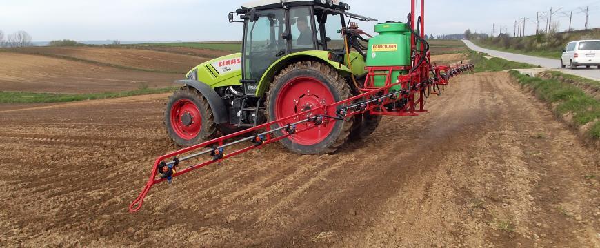 Zabieg opryskiwania gleby biopreparatem mikrobiologicznym, fot. INTERMAG